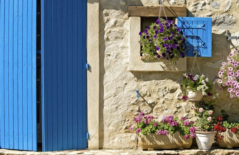 hanging flower basket ideas - Blooming Window in Provence